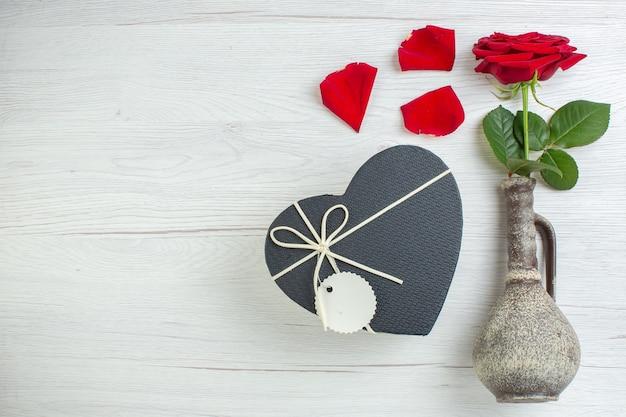 Вид сверху красная роза с подарком в форме сердца на белом фоне чувство брака страсть пара любовь любовник цвет сердца