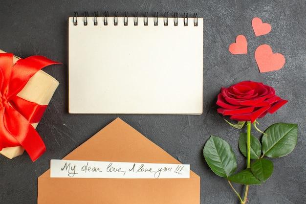 Вид сверху красная роза с прекрасной запиской на темном фоне любовь пара страсть день святого валентина цвет сердце брак