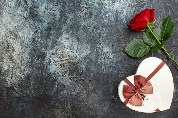 Вид сверху красная роза с подарком на день святого валентина на сером фоне сердце чувство любовь любовник брак пара праздник страсть