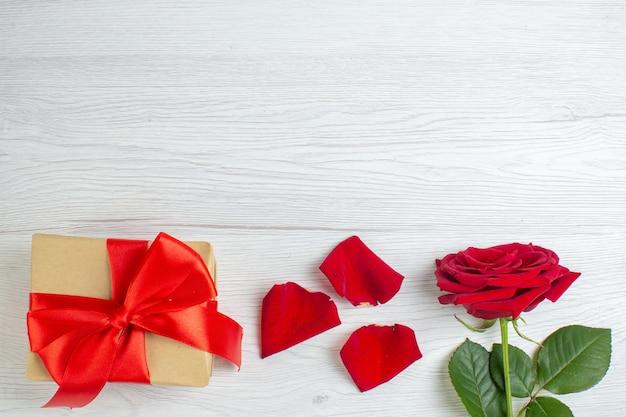 Вид сверху красная роза с подарком на белом фоне чувство брака страсть пара любовь любовник цвет сердца