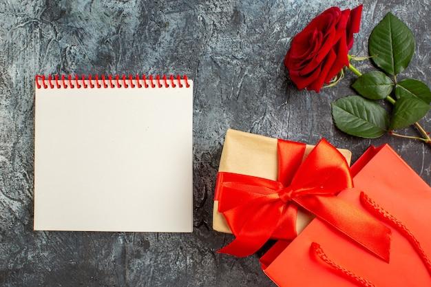 Вид сверху красная роза с подарками на день святого валентина на светло-сером фоне пара брак страсть сердце чувство любовь праздник