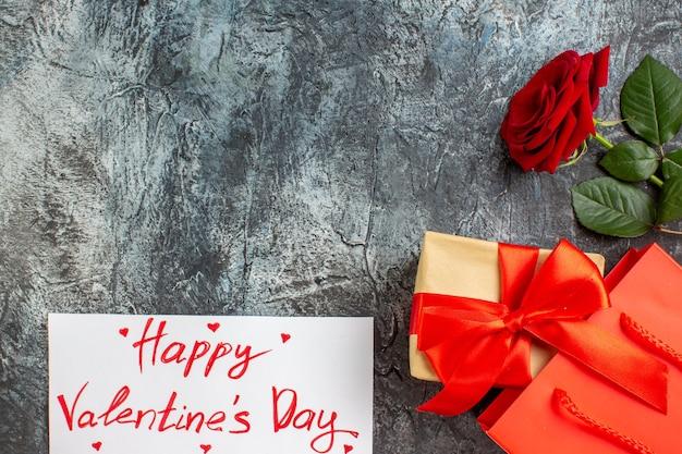Вид сверху красная роза с подарками на день святого валентина на светло-сером фоне пара брак сердце чувство любви праздник