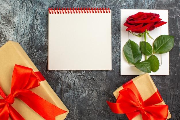 Вид сверху красная роза с подарками на день святого валентина на светло-сером фоне пара брак страсть праздник сердце чувство любви