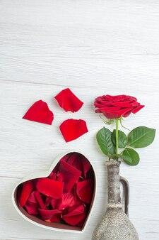 Вид сверху красная роза с лепестками красных роз на светлом фоне чувство брака страсть пара любовь любовник цвет сердца