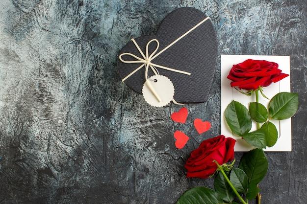 Вид сверху красные розы на день святого валентина на светло-сером фоне пара брак любовь страсть праздник сердечное чувство