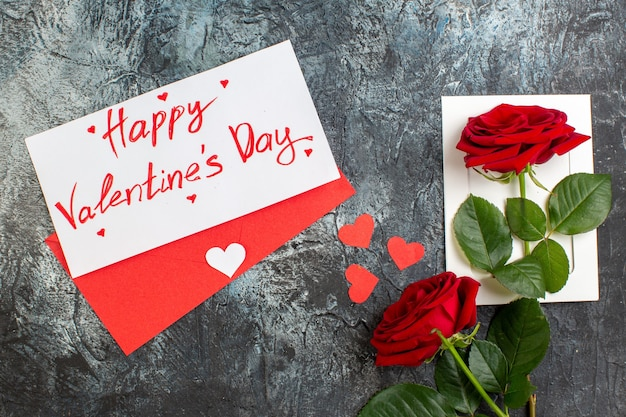 Вид сверху красные розы на день святого валентина на светло-сером фоне пара брак любовь страсть праздник сердечные чувства