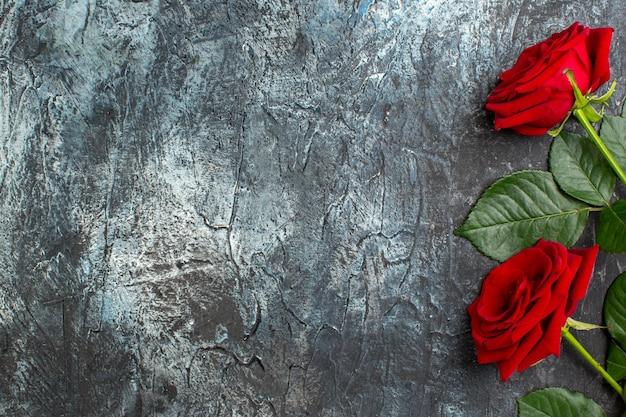 Вид сверху красные розы на день святого валентина на светло-сером фоне сердце чувство любовь любовник пара праздник страсть брак