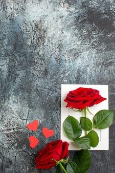 Вид сверху красные розы на день святого валентина на светло-сером фоне сердце чувство любовь страсть брак пара праздник