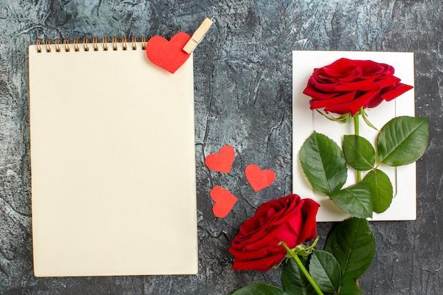 Вид сверху красные розы на день святого валентина на светло-сером фоне брак чувство любовь страсть пара праздник сердце