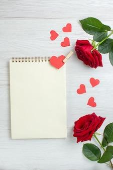 Вид сверху красные розы на день святого валентина на белом фоне чувство любовь страсть любовник брак сердце пара праздники