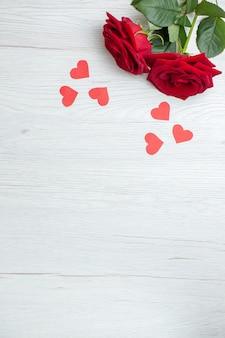 상위 뷰 흰색 배경에 빨간 장미 사랑 휴가 열정 연인 커플 결혼 심장 느낌 참고