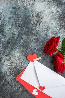 Вид сверху красные розы с запиской на день святого валентина на светло-сером фоне пара брак сердце любовь чувство праздника