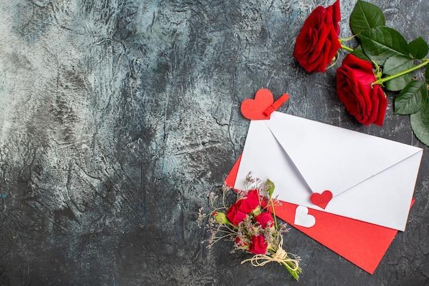 Вид сверху красные розы с запиской на день святого валентина на светло-сером фоне пара брак страсть сердце любовь чувство праздника