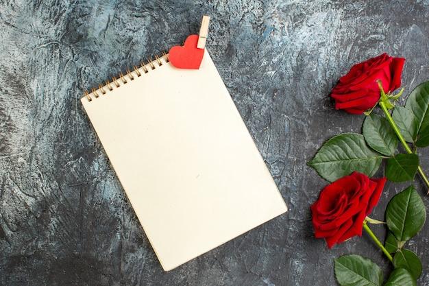 Вид сверху красные розы с подарком на день святого валентина на сером фоне сердце чувство любовь любовник пара праздник страсть брак