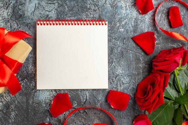 明るい灰色の背景にバレンタインデーのプレゼントと赤いバラの上面図カップル結婚情熱愛休日感じ心