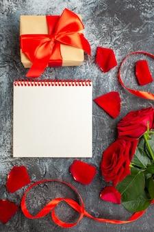 明るい灰色の背景にバレンタインデーのプレゼントと赤いバラの上面図カップル情熱愛休日感じ心
