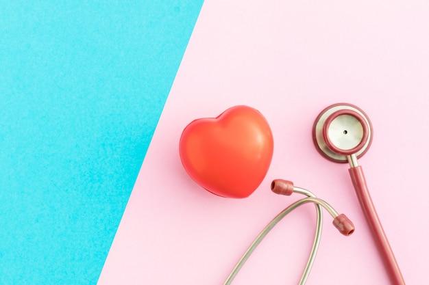 ピンクとブルーの平面図赤い聴診器と赤いハート