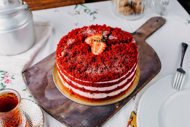 Una torta di fragole rossa vista dall'alto deliziosa con tè sul dolce del biscotto della torta di colore della frutta della tavola