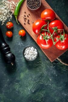 暗い背景に赤いトマトの上面図野菜の新鮮な食事ピーマン色熟したサラダ食品