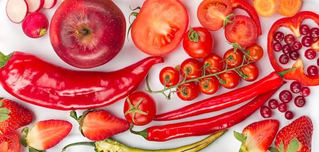 Вид сверху красные овощи и фрукты