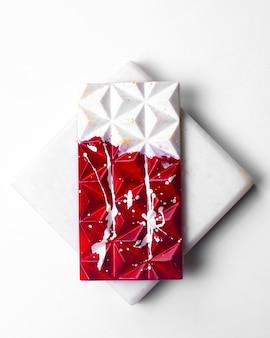 白いスタンドに白い斑点の上面図赤白チョコレート