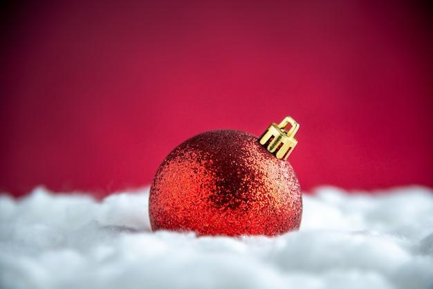 Vista dall'alto palla rossa dell'albero di natale sullo spazio libero del tavolo isolato rosso