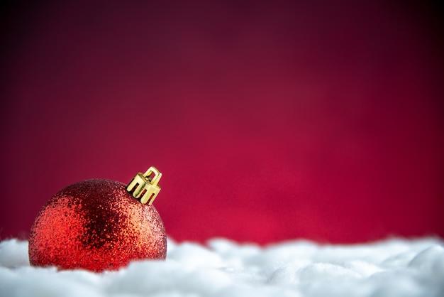 Vista dall'alto palla rossa dell'albero di natale sul tavolo rosso isolato con spazio libero