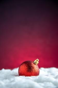 Giocattolo rosso dell'albero di natale di vista superiore sullo spazio libero del tavolo isolato rosso