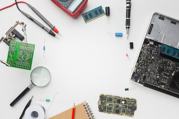 Вид сверху на ремонт ноутбука с копией пространства