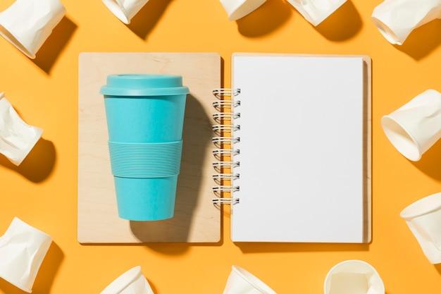 플라스틱 컵이있는 상위 뷰 재사용 가능한 컵