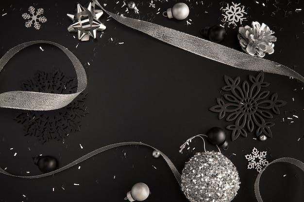 Vista dall'alto del nastro e degli ornamenti natalizi con lo spazio della copia