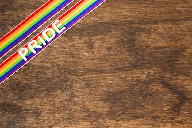 Вид сверху ленты в цветах радуги с копией пространства