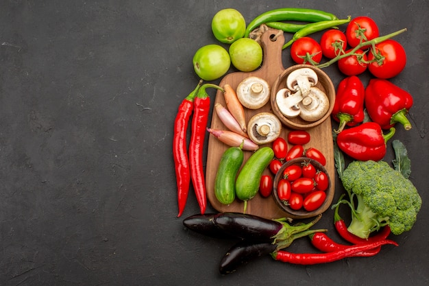 Вид сверху спелых свежих овощей на сером фоне