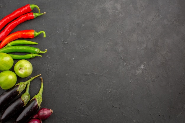 濃い灰色の背景に熟した新鮮な野菜の上面図