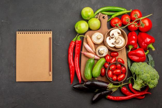 暗い背景にキノコと熟した新鮮な野菜の上面図