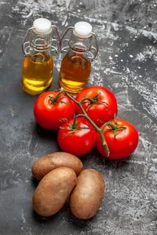 Vista dall'alto di pomodori maturi e spezie