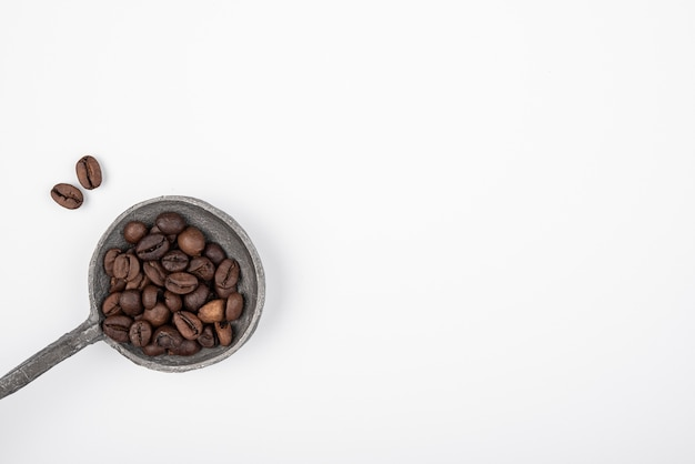 Vista dall'alto chicchi di caffè tostati con spazio di copia