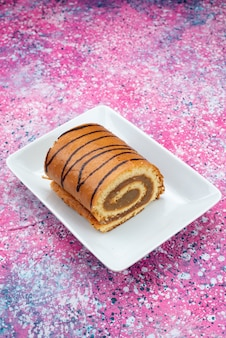 Вид сверху ролл торт шоколадный на основе белой тарелки на цветном фоне торт бисквит сладкого цвета