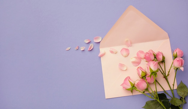 Вид сверху букет роз и конверт