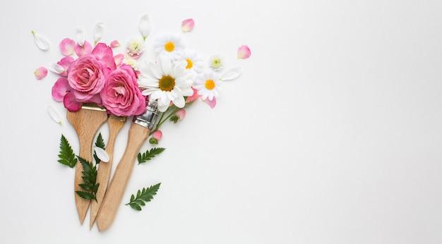 Vista dall'alto fiori di rose e pennello da pittura
