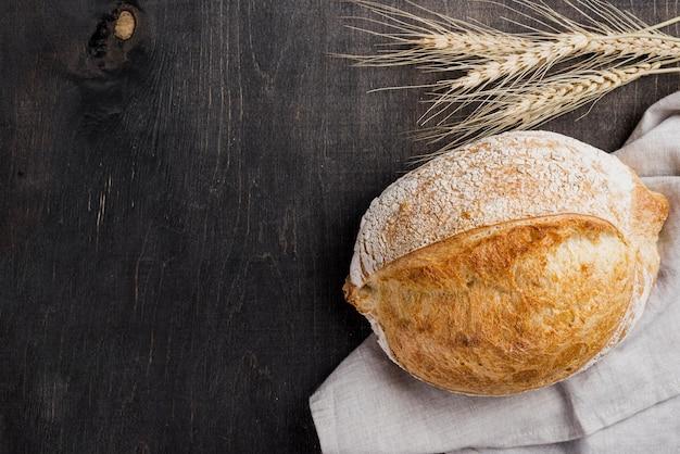 Вид сверху круглый хлеб и пшеница