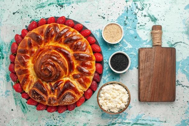 Вид сверху круглый вкусный пирог, запеченный и сладкий торт на синей поверхности