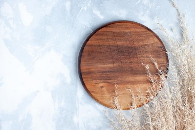 明るい背景の木製の木製の明るい色の写真の上のビューラウンド木製デスク