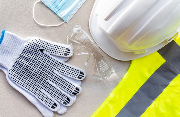 Casco da costruzione di sicurezza vista dall'alto e maschera medica