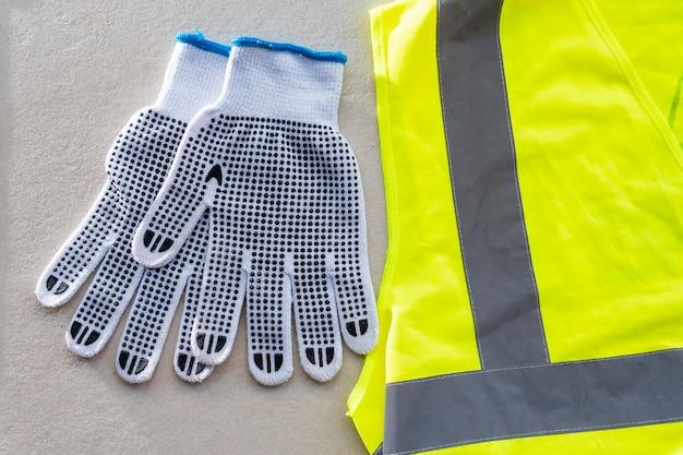 Защитные перчатки и жилет, вид сверху