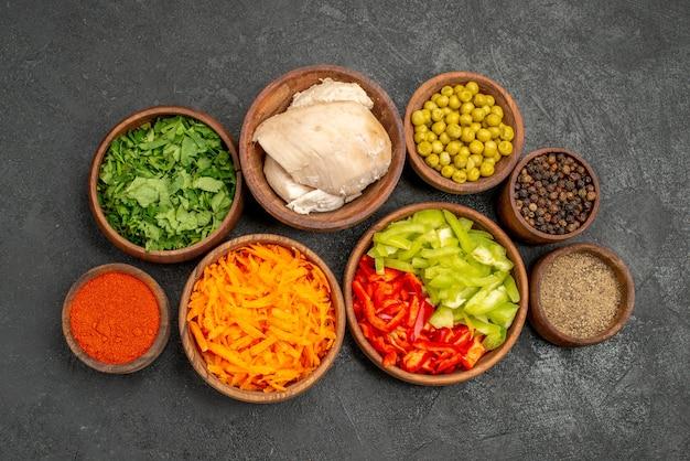 어두운 테이블 다이어트 샐러드 건강에 채소와 닭고기와 상위 뷰 샐러드 재료
