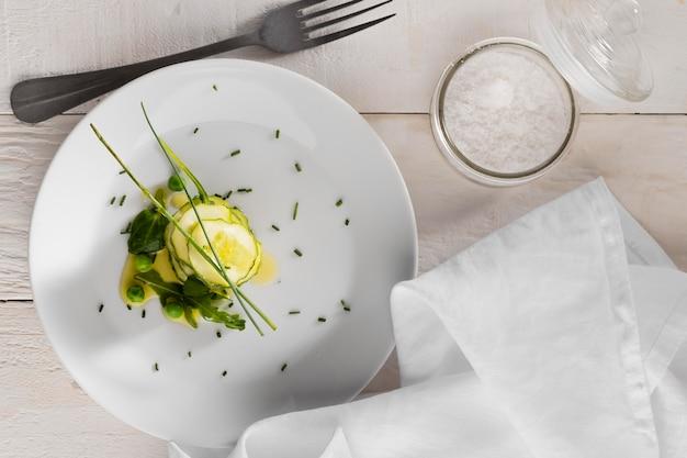 白い皿にきゅうりのトップビューサラダ