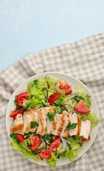 닭고기와 주방 타월로 상위 뷰 샐러드