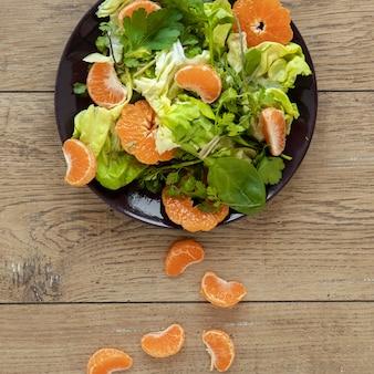 Вид сверху салат с овощами и фруктами