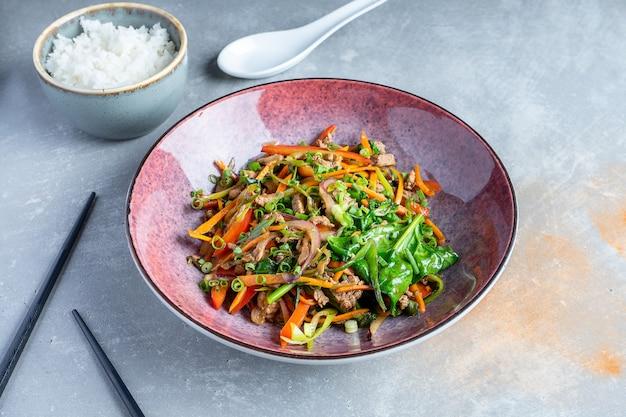 野菜、肉、ほうれん草の上面サラダ